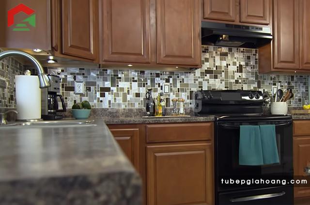 Hoàn tất lát gạch backsplash cho tủ bếp