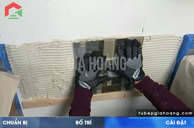 Lát gạch lên tường bếp