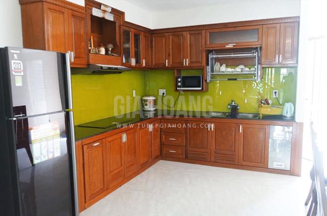 Mẫu tủ bếp gỗ Căm Xe dáng chử L cao cấp với kính bếp màu vàng kèm phụ kiện cao cấp