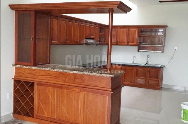 Kiểu dáng bếp chữ U kèm quầy bar tủ rượu thích hợp với không gian bếp rộng rãi