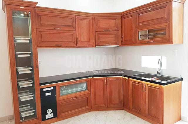 Mẫu tủ bếp Căm Xe đẹp được thiết kế liền góc làm nơi trưng dụng rượu hay chén bát cao cấp