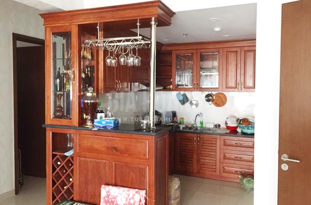 Không gian nhỏ nhưng tiện nghi với bếp gỗ Căm Xe chữ U kèm quầy bar