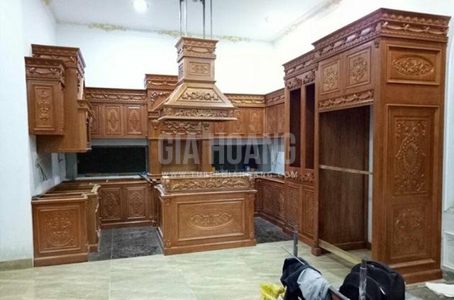Tủ bếp Căm Xe cao cấp dáng chũ U thiết kế tân cổ điển quyền quý bề thế
